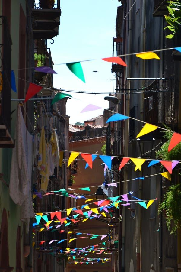 Festlighetflaggor i staden arkivfoto