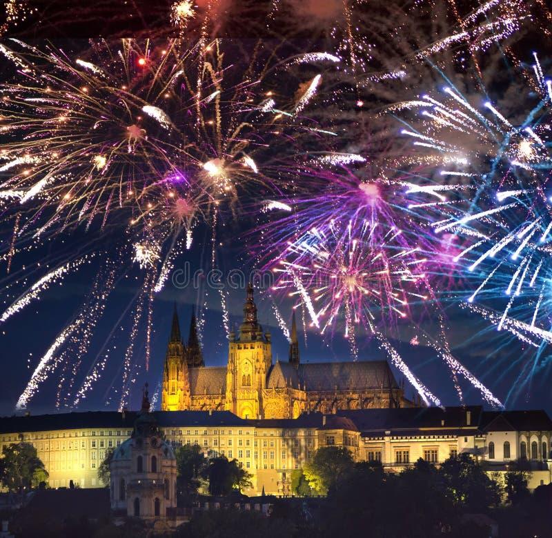 Festligt fyrverkeri över den gamla stad och helgonVitus domkyrkan i Prague, Tjeckien royaltyfri fotografi