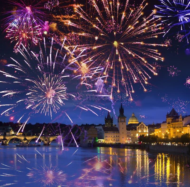 Festligt fyrverkeri över Karl Bridge, Prague, Tjeckien arkivbilder