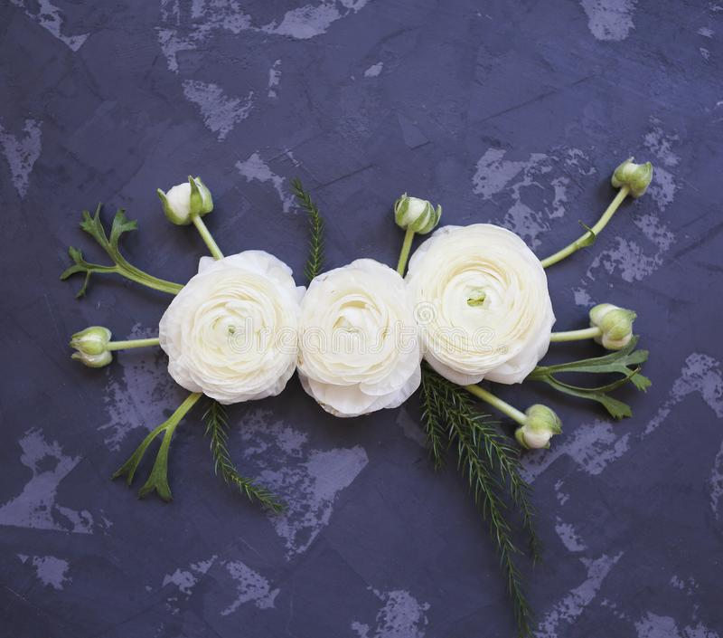 Festligt inbjudankort med härliga blommor royaltyfri fotografi