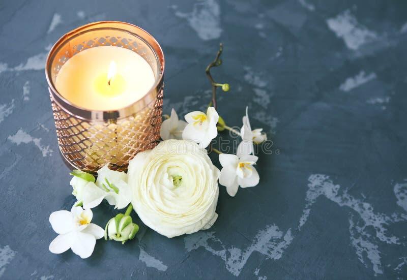 Festligt inbjudankort med härliga blommor och stearinljuset arkivfoton