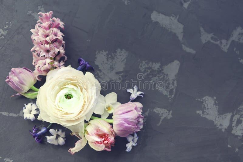 Festligt inbjudankort med härliga blommor på den mörka backgen royaltyfria foton