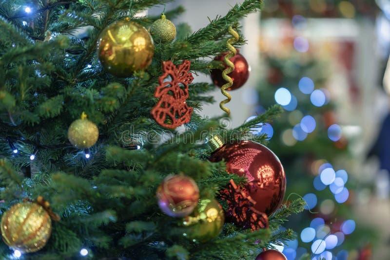 Festligt julträd med ljusa färgrika bollar, girlander, garneringnärbild Selektivt fokusera Vinterferie arkivfoton