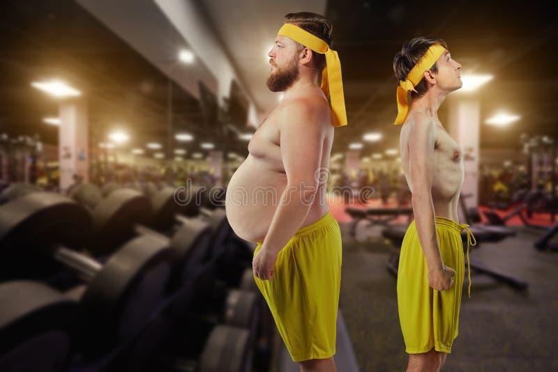 Festligt onormalt roligt fett och mans thin i idrottshall royaltyfri bild