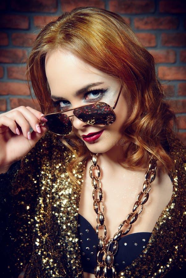 Festligt smink och kläder fotografering för bildbyråer