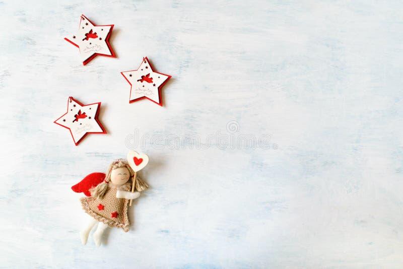 Festligt tema för julferie med leksakängel och röd vit stjärna tre arkivfoton