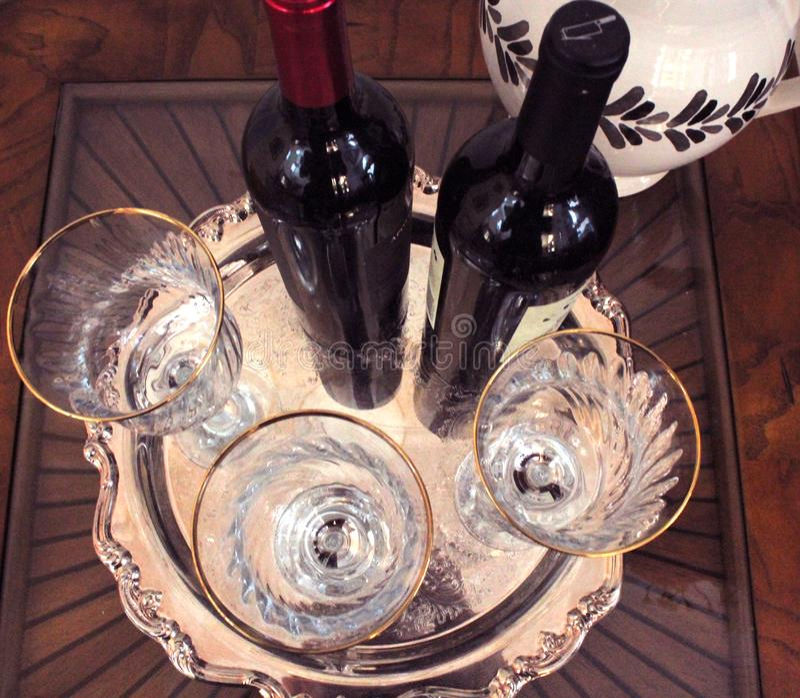 Festligt vin och vinglas royaltyfria foton