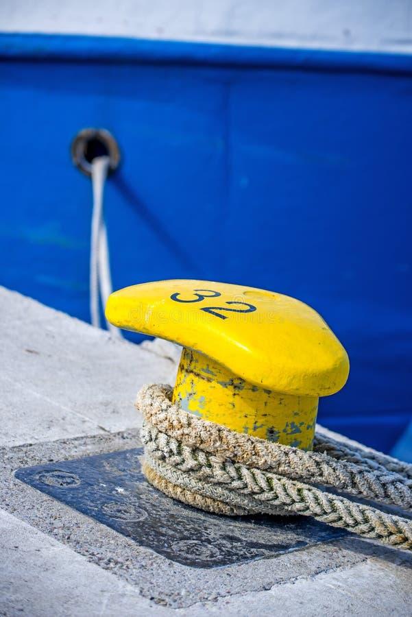 Festmacher eines Schleppnetzfischers stockbild