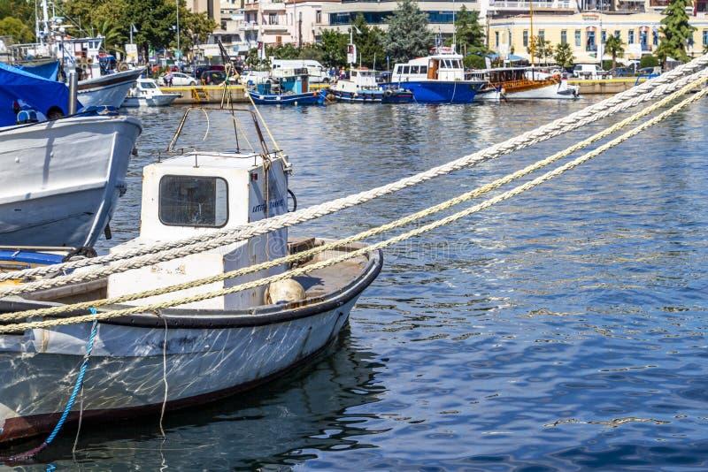 Festmacher und Boote am Hafen von Kavala, Griechenland stockbild