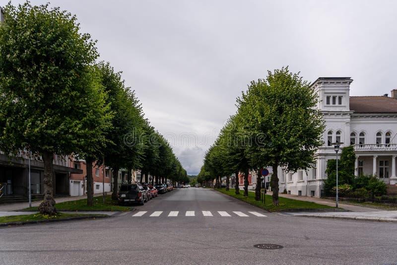 Festningsgata-straat in Kristiansand Noorwegen met auto's aan de zijkanten van de straat royalty-vrije stock afbeeldingen
