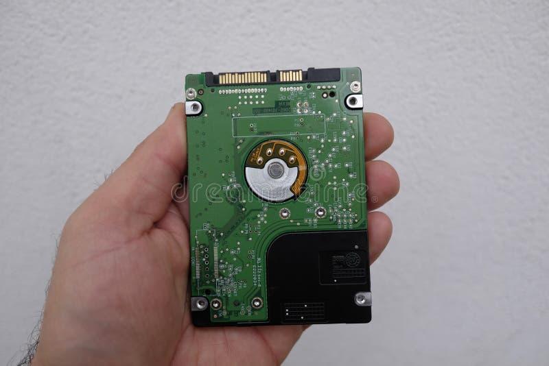 Festplatte in der Techniker ` s Hand lizenzfreie stockfotos