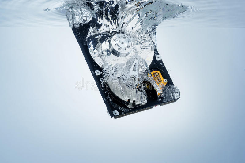 Festplattenlaufwerk im Wasser, abstrakter Hintergrund lizenzfreies stockfoto