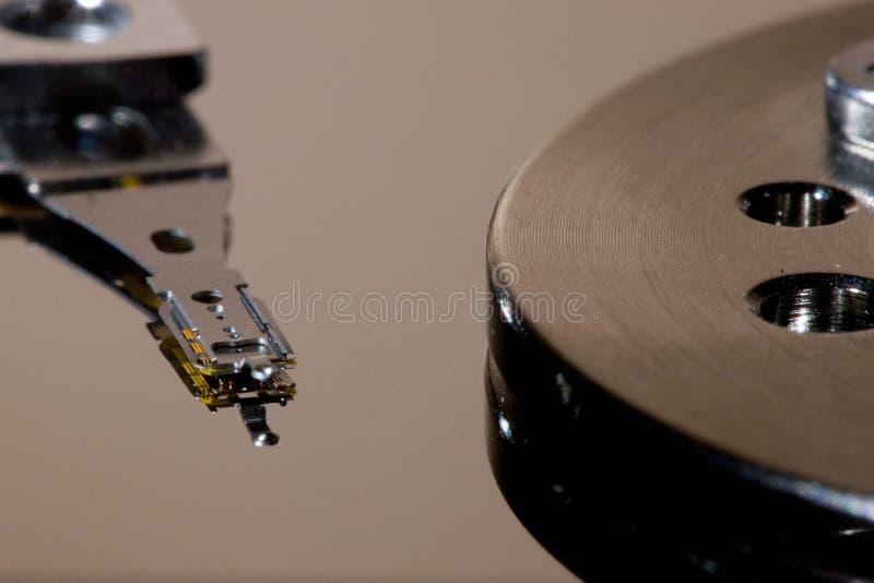Festplattenlaufwerk-Kopf und Servierplatte lizenzfreie stockfotos