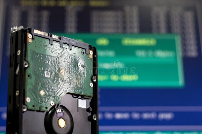 Festplattenlaufwerk von der Reihe an der Serverwolkenausrüstung Informationen der überprüfenden und Reparaturangaben Computerwied stockfotografie