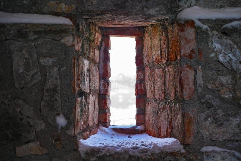 Festung Embrasure mit Schnee stockfotos