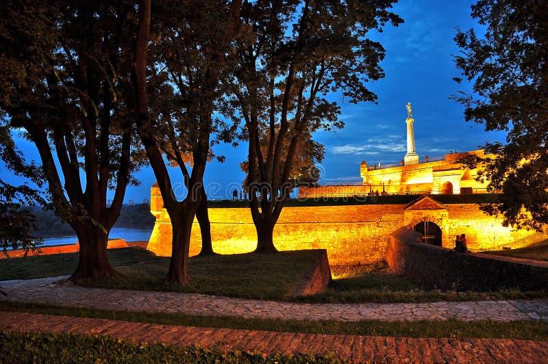 Festung Kalemegdan an der Dämmerung lizenzfreie stockbilder