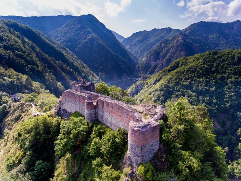 Festung Poenari Schattenbild des kauernden Geschäftsmannes stockfotografie