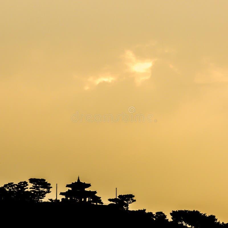 Festung Schattenbild-Suwons Hwaseong bei Sonnenuntergang, Südkorea Traditioneller koreanischer Hintergrund stockfotografie