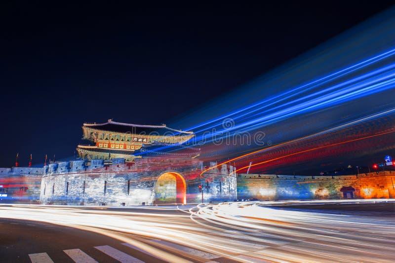 Festung und Auto Hwaseong beleuchten am ninht in Suwon lizenzfreie stockbilder