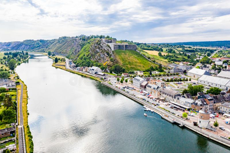 Festung von Charlemont schützt Givet-Stadt auf der belgischen Grenze und beherrscht die Maas, während sie verbiegt frankreich lizenzfreie stockfotos