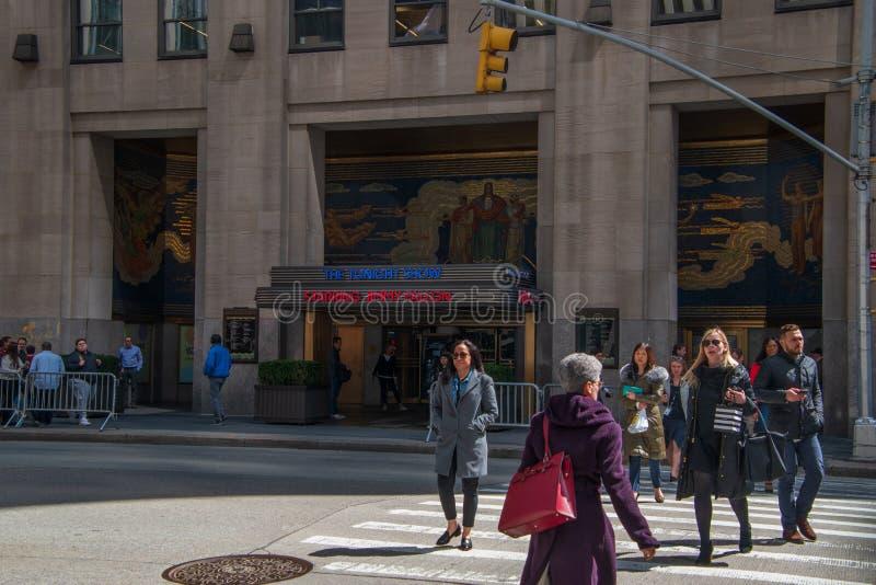 Festzelt am Rockefeller Center mit einem Zeichen f?r das Tonight Show, das Jimmy Fallon mit den Leuten gehen vorbei auf den B?rge lizenzfreie stockbilder