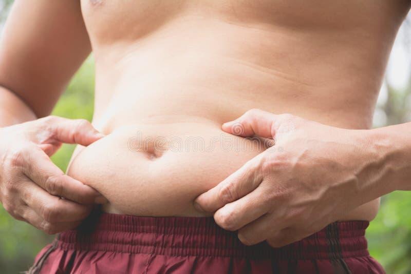 Fet bukman Farorna av bukfett Man på risken för diabete royaltyfria bilder