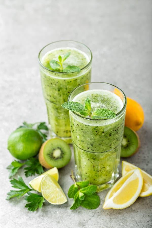 Fet coctail för bränninggräsplanfrukt med kiwin, citronen, mintkaramellen och persilja arkivbild