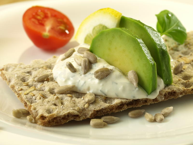 fet låg smörgås för avokado royaltyfria foton