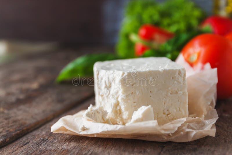 feta-brynza do queijo e legumes frescos, alface, tomate, cucumb fotografia de stock royalty free