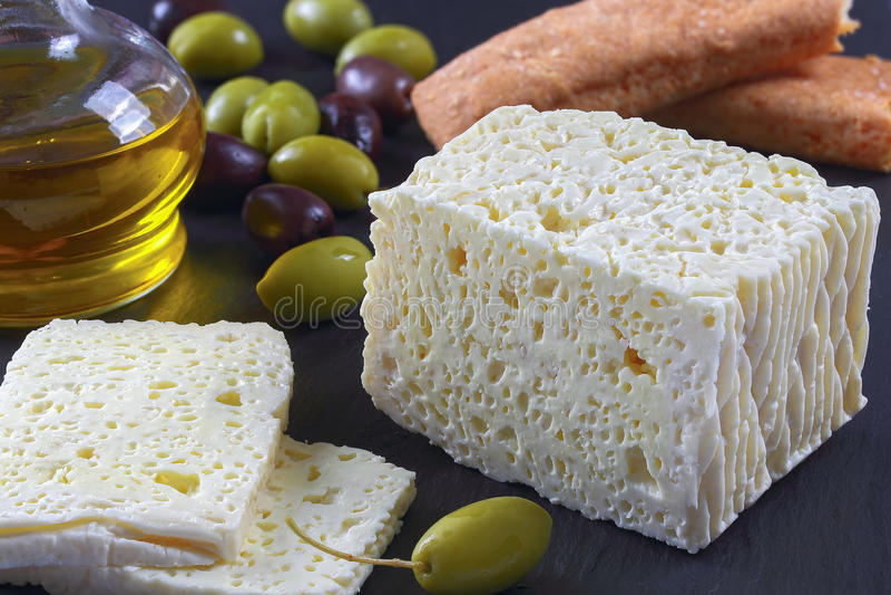 Feta con le olive sul vassoio di pietra immagine stock libera da diritti