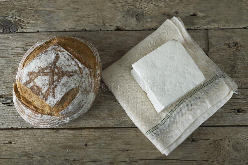 Feta fresco con la bottiglia di latte e di pane fotografia stock
