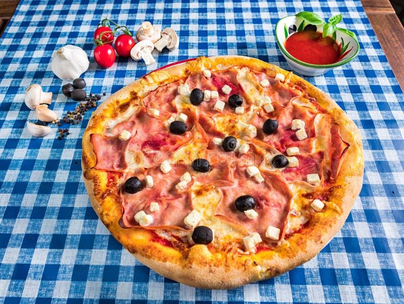 Feta-kaas en hampizza met olijven stock fotografie