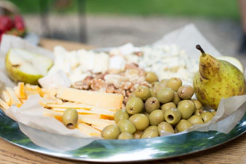 Feta-kaas met groene olijven op een houten achtergrond Peer stock foto