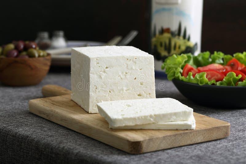 Feta-kaas met olijven en tomaten stock afbeeldingen