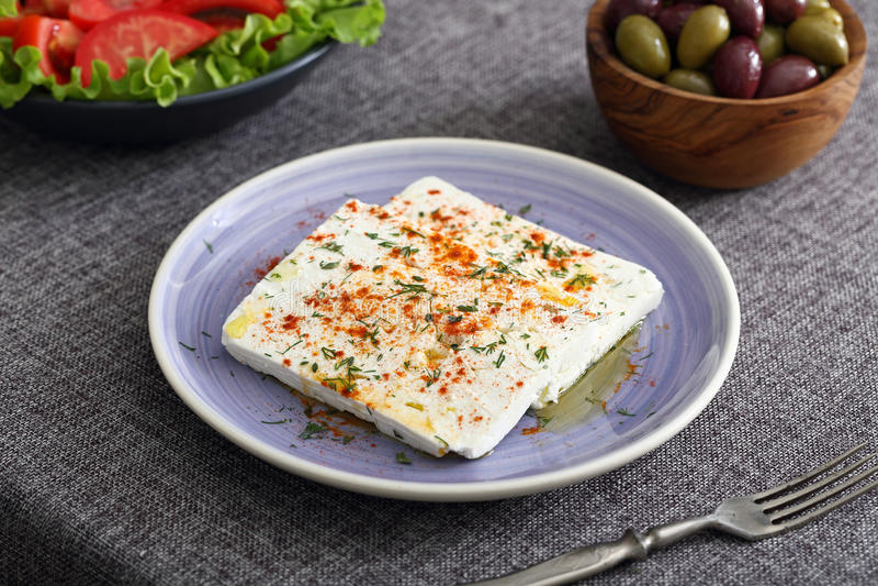 Feta-kaas met olijven en tomaten stock fotografie