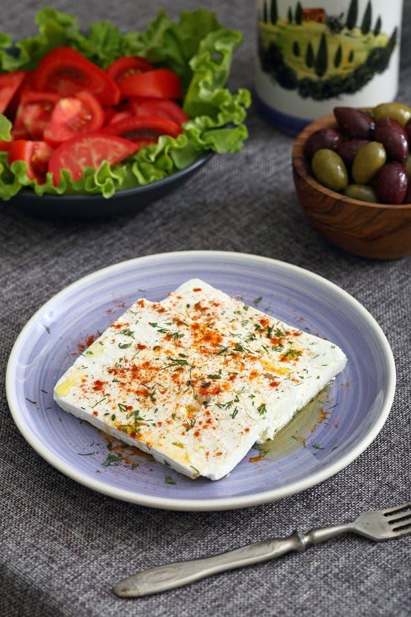 Feta-kaas met olijven en tomaten royalty-vrije stock afbeeldingen