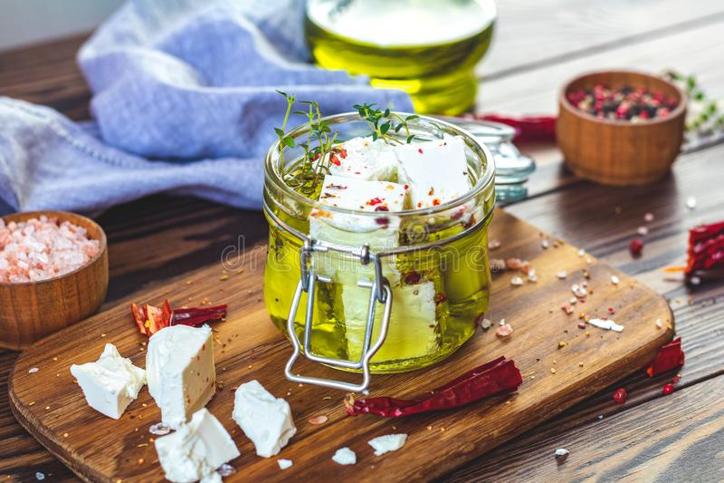 Feta mariniert im Olivenöl im Glasgefäß stockbild