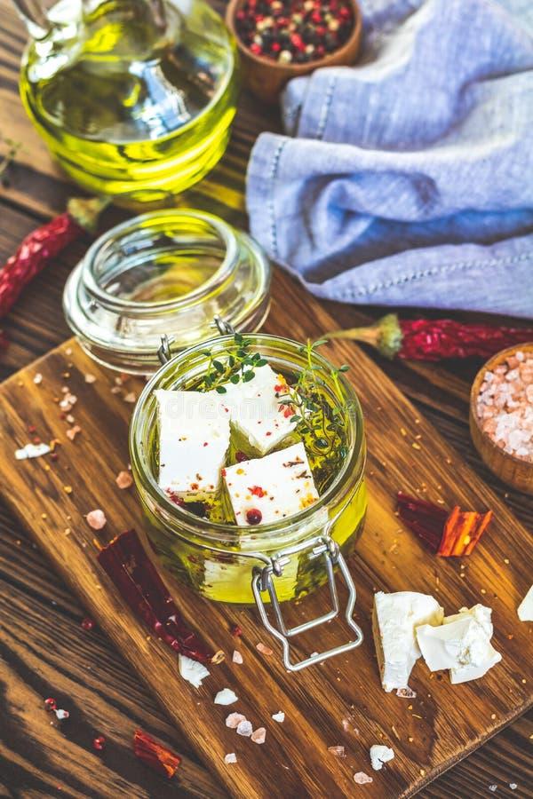 Feta mariniert im Olivenöl im Glasgefäß lizenzfreies stockbild