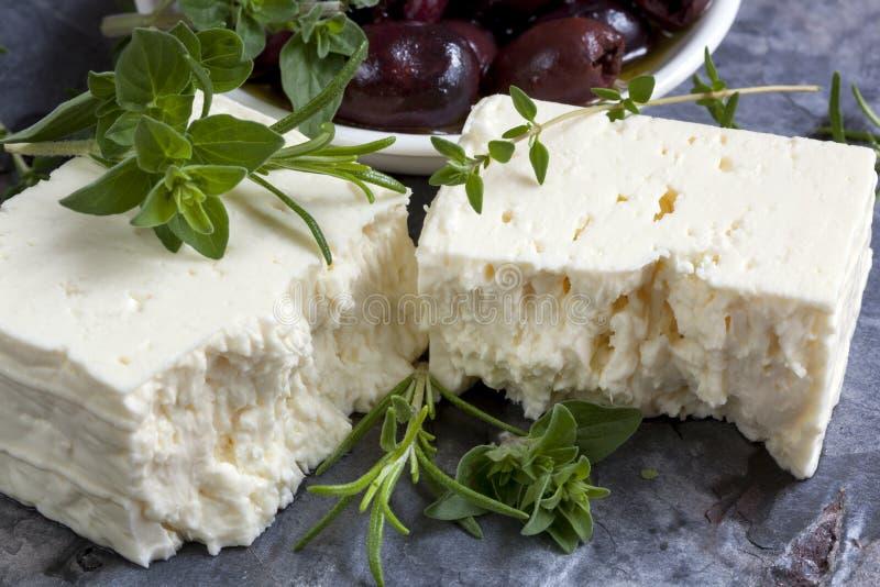 Feta mit schwarzen Oliven und frischen Kräutern lizenzfreie stockfotos