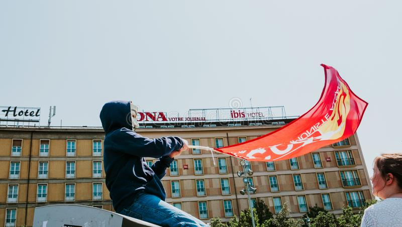 Fete партия Macron для флага маски Macron анонимного на протесте стоковые изображения rf