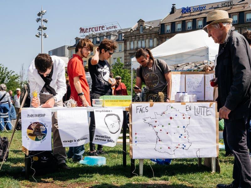 Fete центральная площадь Macron с множественными плакатами стоковое изображение