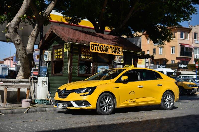 Fethiye/die Türkei - 10 04 18: Renault Megane Cab parkte nahe Büro des Taxis lizenzfreie stockbilder