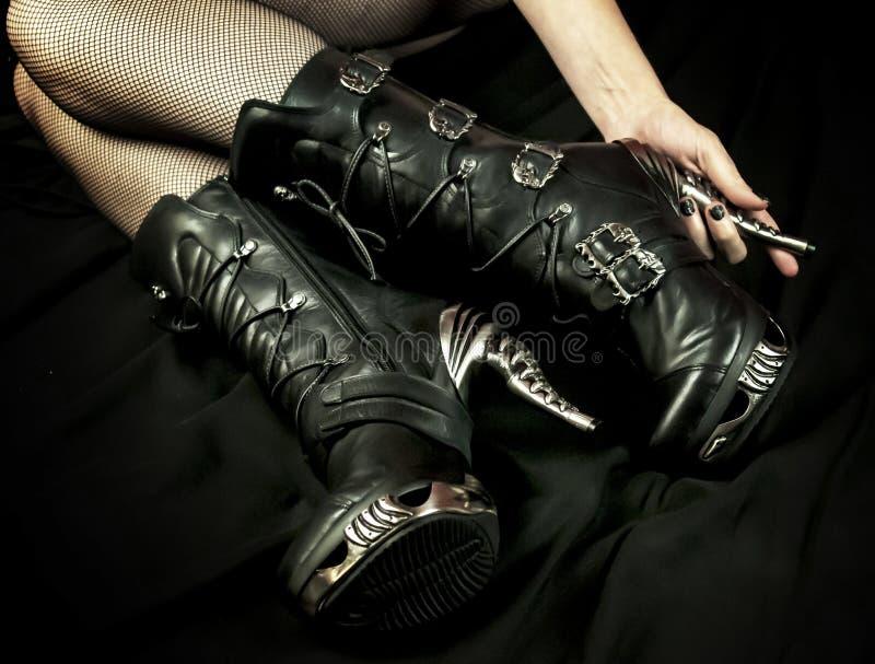 Fetisch-Stiefel und schwarze Fischnetze stockfotografie