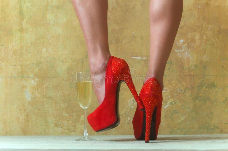 Fetisch und Liebe Einkaufen Schuhshop Frau im Schuhgeschäft Schuh-Art und Weise wunsch rote Schuhe für Dame Zauber-Mode stockfotos