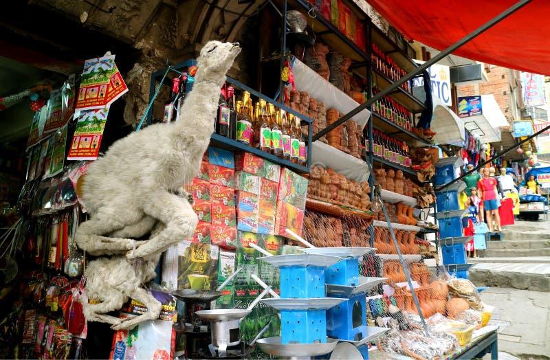Feto secados do lama e outros produtos para Aymara Rituals para a venda no mercado famoso de La Paz, Bolívia das bruxas imagens de stock