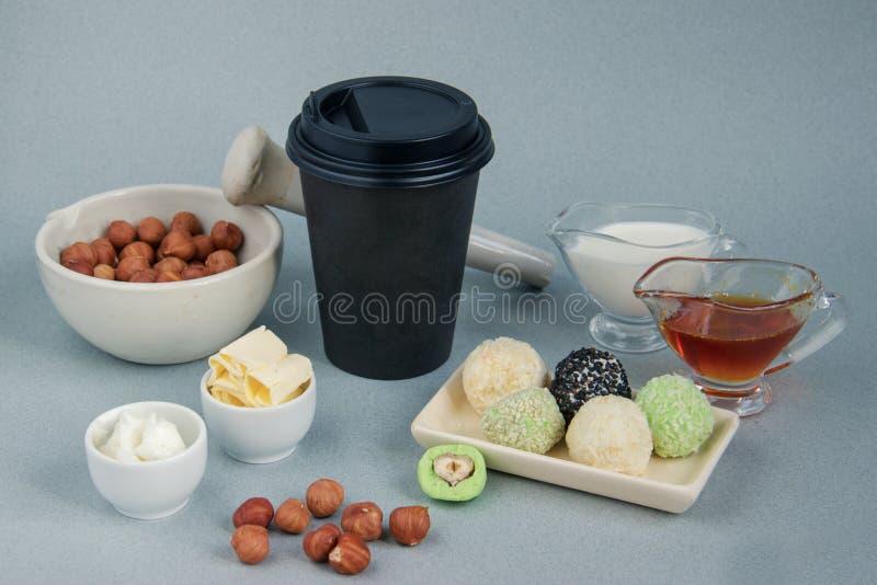 Fett keto-jordnötsmör, matchabollar och skottsäker och svart pappers- kopp för matchakokosnöt för kaffeavbrott med ett lock royaltyfri bild