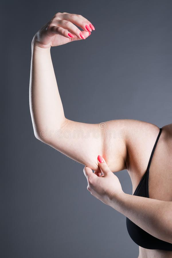 Fett- und Celluliteabbaukonzept, überladene weibliche Hand lizenzfreies stockfoto