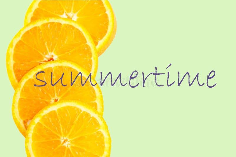 Fetta arancio isolata su fondo verde Frutta fresca Vista superiore summertime immagini stock libere da diritti