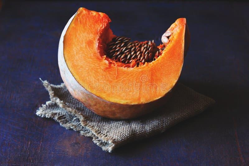 Fetta arancio luminosa di zucca con i semi su un tovagliolo fotografia stock