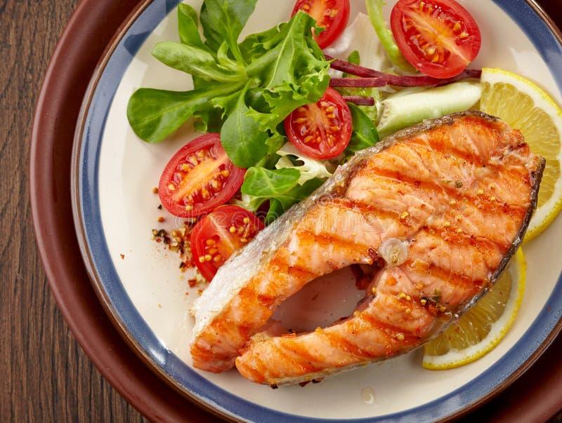 Fetta arrostita fresca della bistecca di color salmone fotografia stock